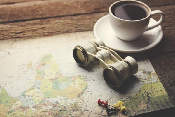 Kafe e një vështrim mbi atdhe me dylbi nga larg